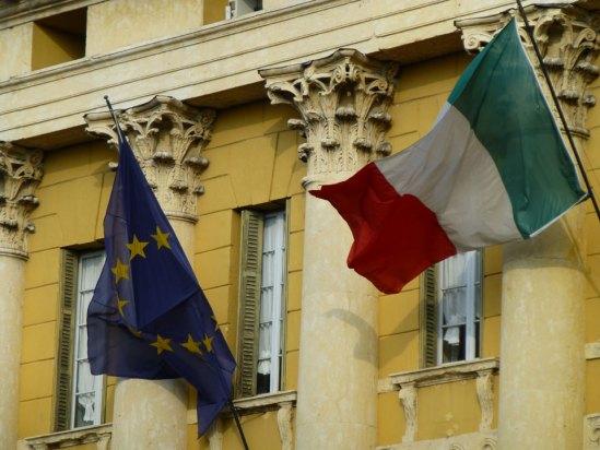20120715-verona-dismappa-bandiere-italia-europa