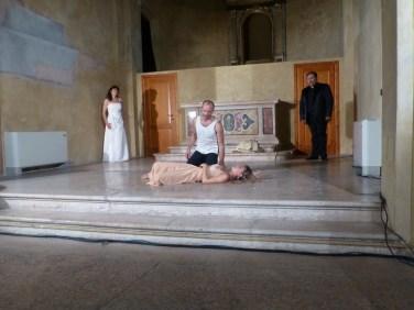 """PRESENTAZIONE OPERA IN LOVE – ROMEO & JULIET La punta di diamante di tutta la Rassegna è """"Opera in love – Romeo & Juliet"""" in cui l'opera e Giulietta e Romeo fondono la loro forza attrattiva in un spettacolo nuovo. Le parole di Shakespeare, in lingua originale, incontrano le più famose arie dell'opera italiana. Il Maestro al pianoforte dà il via all'opera; una Danzatrice è ambiente, duelli, rivalità, insomma la Verona """"che di sangue fraterno mani fraterne copre"""". E i due Attori protagonisti, Giulietta e Romeo, sono accompagnati, anticipati, incontrati da un Baritono e un Soprano, le cui voci sono anima e cuore, odio e rancore, festa e lutto. Perché """"non ci fu mai storia così triste, di questa di Giulietta e del suo Romeo"""". Siamo a Verona dove l'Arena, uno degli anfiteatri romani più grandi al mondo, ospita una stagione lirica estiva di straordinaria importanza, simbolo della cultura veronese ed italiana. E """"nella bella Verona"""" """"Opera in Love – Romeo & Juliet"""" contribuisce ai festeggiamenti del centenario areniano offrendo la sua proposta artistica d'eccelenza per il turismo veronese e per i Veronesi nel giorno in cui non ci sono spettacoli in Arena: il lunedì. Ogni lunedì dal 17 giugno al 2 settembre Juliet alza il sipario su Opera in Love. Sono di scena le eccellenze veronesi: l'opera lirica e la più famosa storia d'amore shakespeariana. INTERPRETI: • Giulia Tomelleri – Giulietta • Solimano Pontarollo – Romeo • Sonia Peruzzo (Soprano) – Anima di Giulietta • Andrea Cortese (Baritono) – Capuleti • Giorgia Olivieri (Ballerina) – Verona's Fighter's – Lady Capuleti • Gerardo Felisatti – Maestro al piano ORGANIZZAZIONE: Soledarte REGIA: Solimano Pontarollo DA UN'IDEA DI: Silvano Dalla Valentina, Andrea Cortese, Sonia Peruzzo, Solimano Pontarollo e la consulenza artistica del Maestro Matteo Salvemini."""
