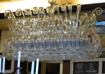 close-up lampadario cristallo gelateria savoia verona