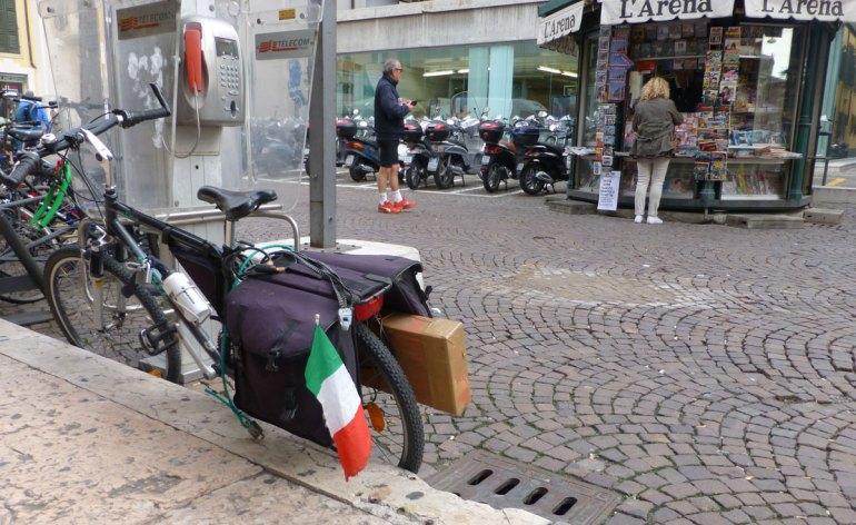 verona bicicletta con bandiera italiana tricolore