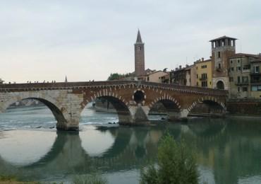 verona panorama ponte pietra adige