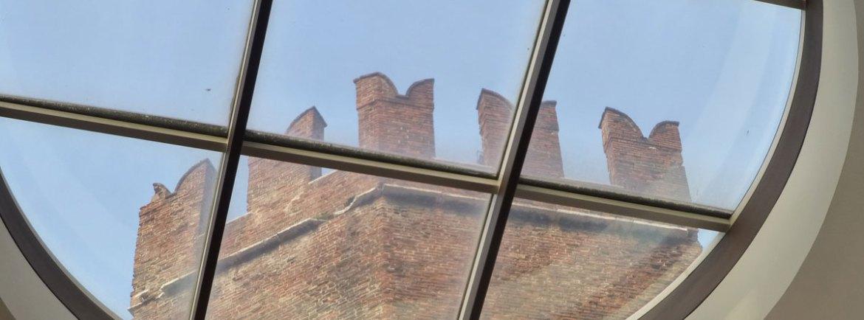 torre merlata dall'oblò del palazzo della gran guardia a verona