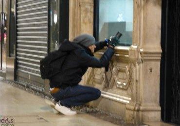 foto notturna dalla vetrina di una gioielleria in via mazzini, verona
