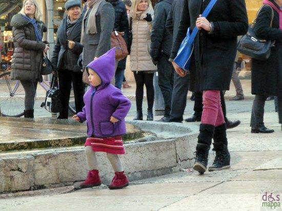 bambina con giacca e cappuccio viola fontana madonna verona
