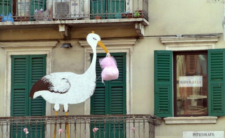 cicogna su balcone nascita bambina verona