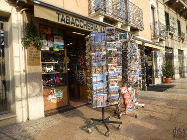 tabaccheria accessibile piazza bra verona souvenir cartoline guide