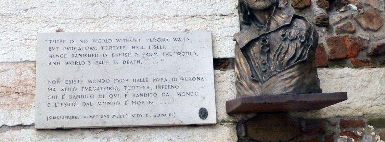 busto e targa dedicati a william shakespeare alle porte di piazza bra a verona