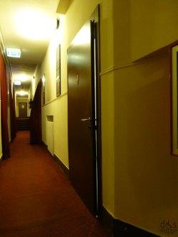 il corridoio del teatro dove si trova il bagno attrezzato per disabili