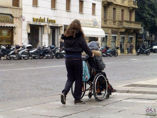 donna disabile in carrozzina in corso porta nuova a verona