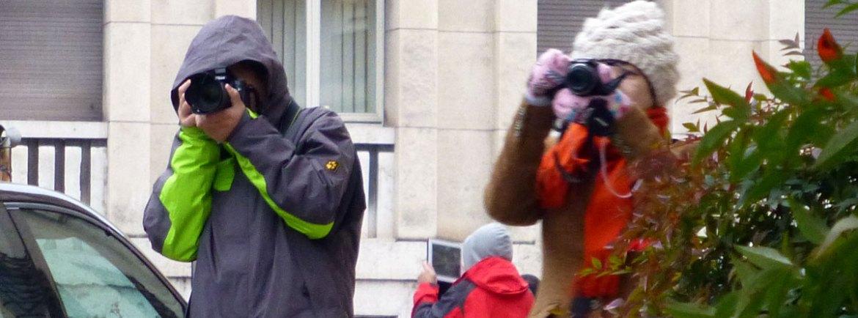 turisti che fotografano verona