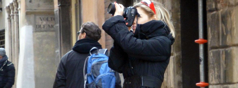 verona, turista che fotografa in via quattro spade