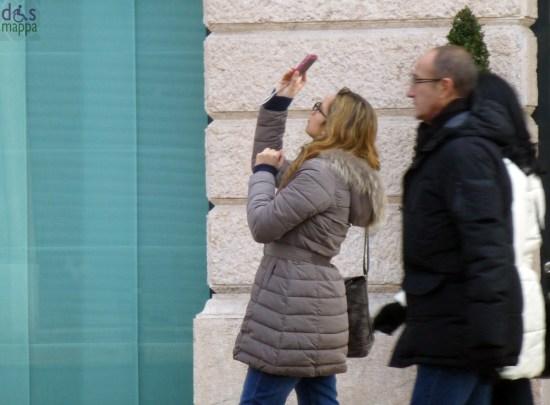 verona ragazza che fotografa con il cellulare sul liston