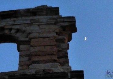 una piccola luna dietro l'ala dell'arena di verona
