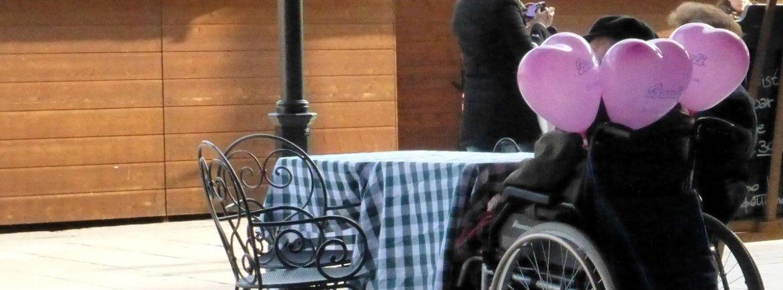 carrozzina sul liston con i palloncini a cuore di verona in love