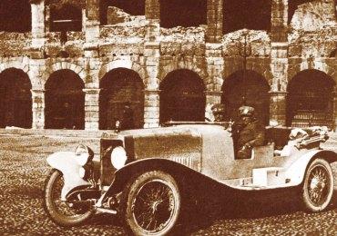 enzo ferrari con auto alfa romeo davanti all'arena di verona in piazza bra nel 1924