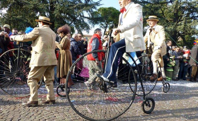 sfilata di biciclette d'epoca in piazza bra per il carnevale veronese