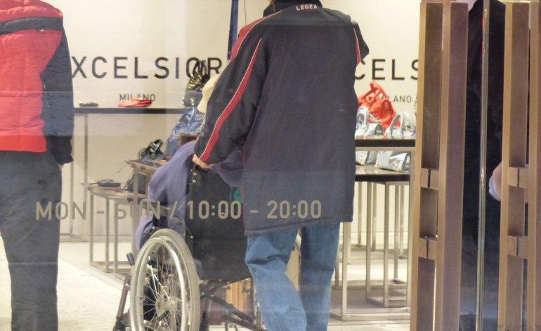 carrozzina di persona disabile all'excelsior milano di verona