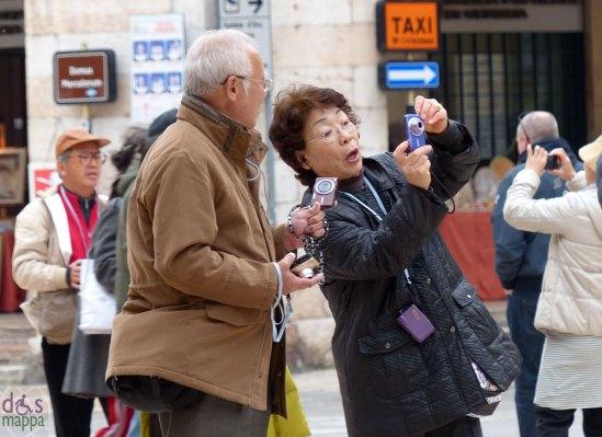 how many cameras do they need? turisti asiatici in piazza delle erbe a verona