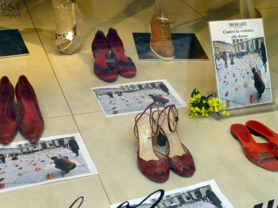 scarpe rosse in vetrina a verona contro la violenza sulle donne