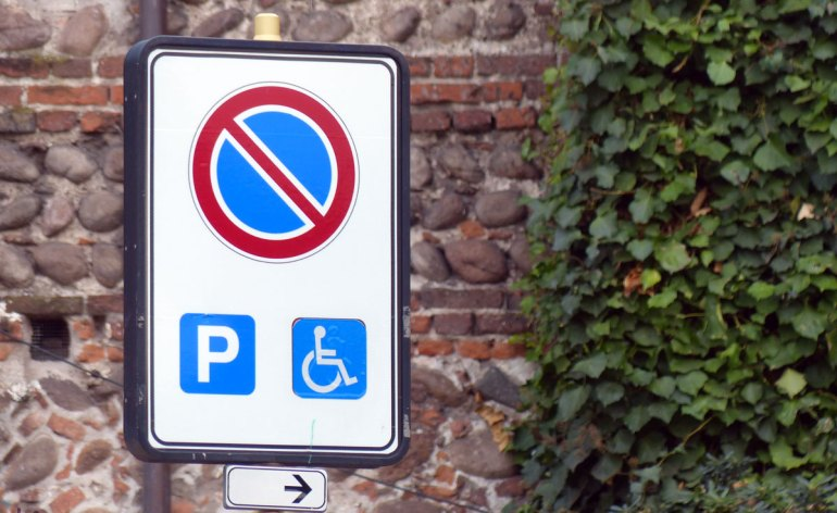 nuovi cartelli stradali parcheggio disabili europeo