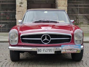 foto mercedes rossa esposizione auto d'epoca danti all'rena di verona in piazza bra