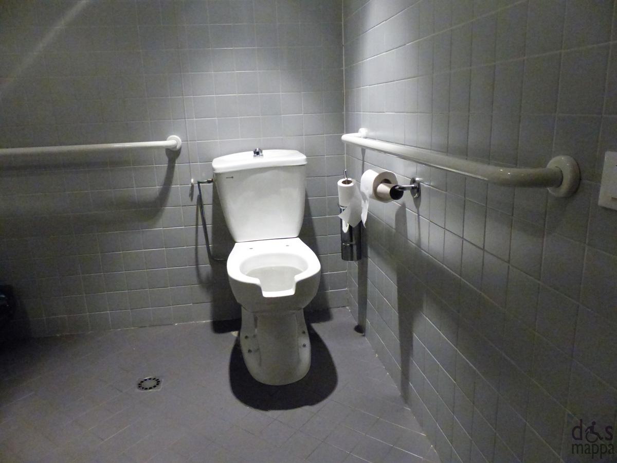 il bagno per i disabili accessibile e attrezzato della sala buvette, palazzo gran guardia, verona