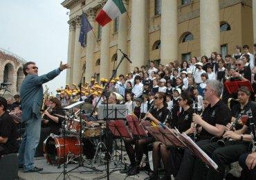 coro alive e big band ritmo sinfonica sulla scalinata di palazzo barbieri a verona nel 2010