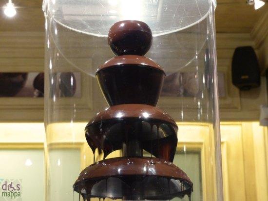 fontana per il cioccolato alto alla gelateriain via mazzini