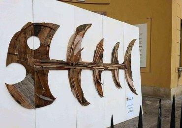Davanti al municipio di Verona l'installazione artistica di uno scultore veronese. Creato da Michele Simeoni con legni antichi ricavati dalle ristrutturazioni dei palazzi del centro.