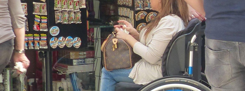 ragazza in carrozzina al negozio di souvenir in via mazzini a verona
