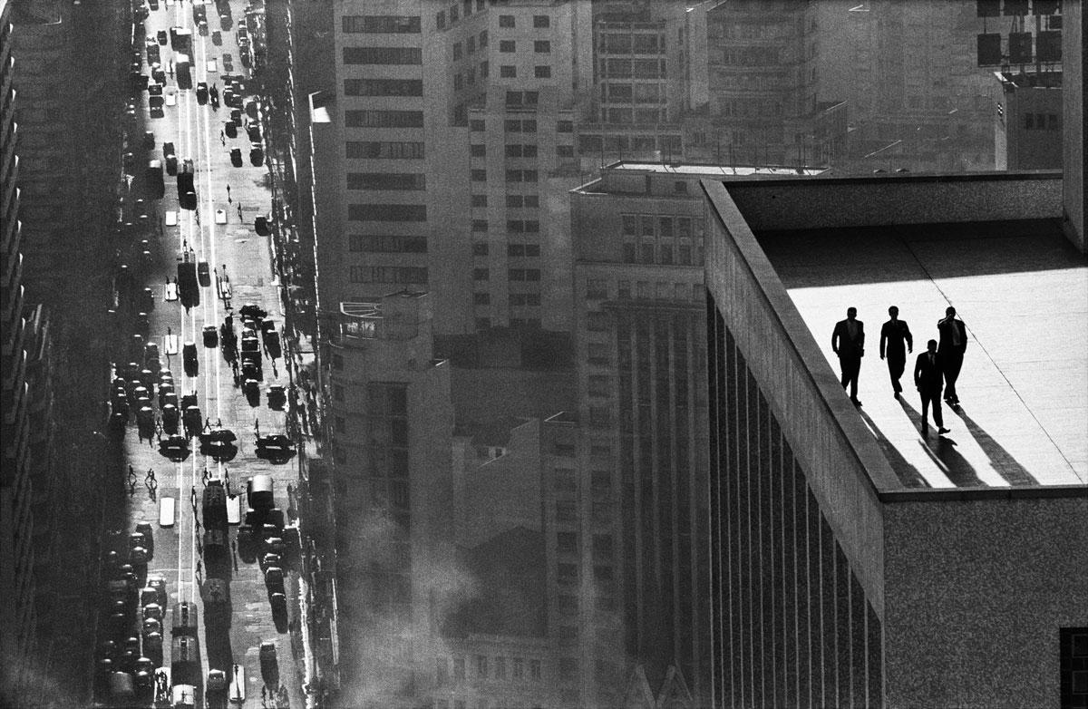 Rene-Burri-Uomini-sopra-un-tetto-San-Paolo-Brasile-1960