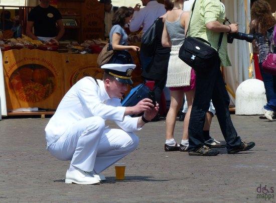 ufficiali della marina americana in divisa in piazza bra a verona