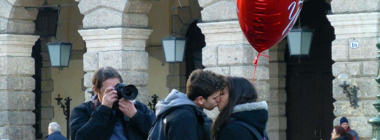 san valentino foto del bacio di una giovane coppia con palloncino rosso con scritta I love you