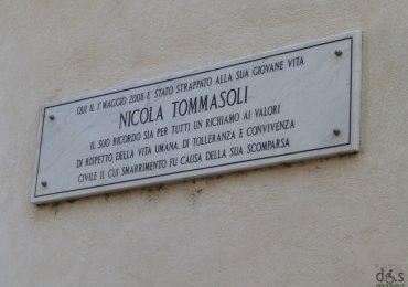 la targa commemorativa a porta leoni (verona) ricorda la barbara uccisione di nicola tommasoli il 1 maggio 2008