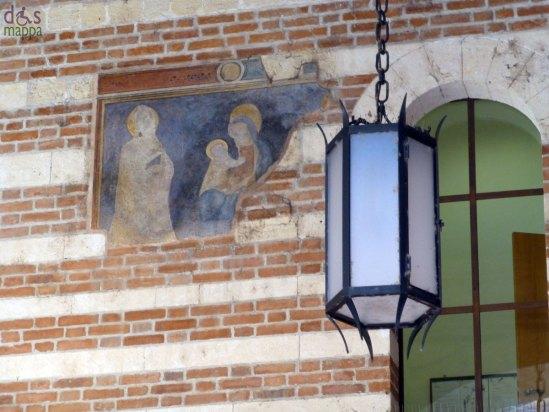 L'affresco della Sacra Famiglia sulle pareti di Cortile Mercato Vecchio a Verona