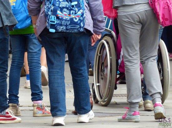 Ragazza disabile in carrozzina in gita scolastica a Verona