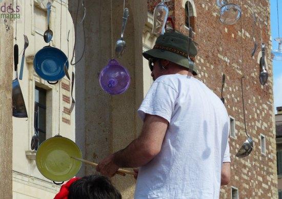 Le percussioni da cucina nella berlina di Piazza Erbe per La poesia è servita (Verona risuona 2013)