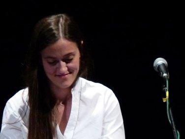"""DE ANDRÉ, IL CORSARO Teatro Nuovo di Verona Venerdì 3 maggio 2013, ore 21.00 Eroi malvisti, derelitti, risplendenti di solitudine. Una bellissima voce da uomo, profonda e tersa, levigata dal fumo, fedele alle parole. """"In direzione ostinata e contraria"""", avverso alle maggioranze che fagocitano i comportamenti, anestetizzano i sentimenti. Un disertore per vocazione, incline all'invettiva contro i soprusi e al disordine dei sogni. Introducono e dialogano: Alcide Marchioro – presidente di IDEM Giulia Bolomini – direttivo IDEM Interventi musicali: Veronica Marchi – voce, chitarra, pianoforte"""