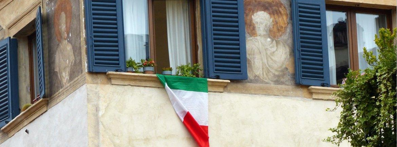 Il tricolore e l'affresco di Catullo in un palazzo in centro a Verona