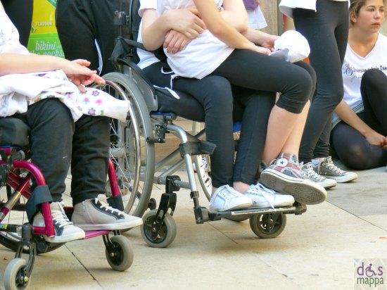 Le ragazze in carrozzina di Diversamente in danza prima del loro flash mob in via mazzini