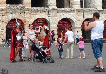 Foto ricordo di famiglia con centurioni davanti all'Arena di Verona
