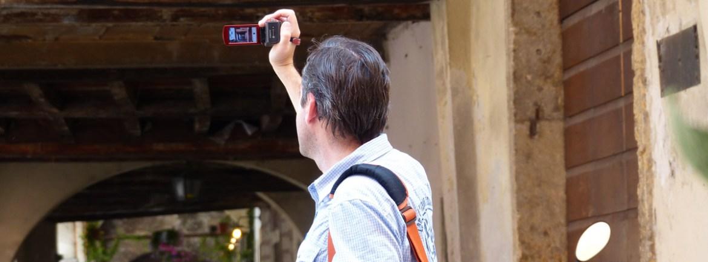 turista fotografa i volti di Sottoriva a Verona