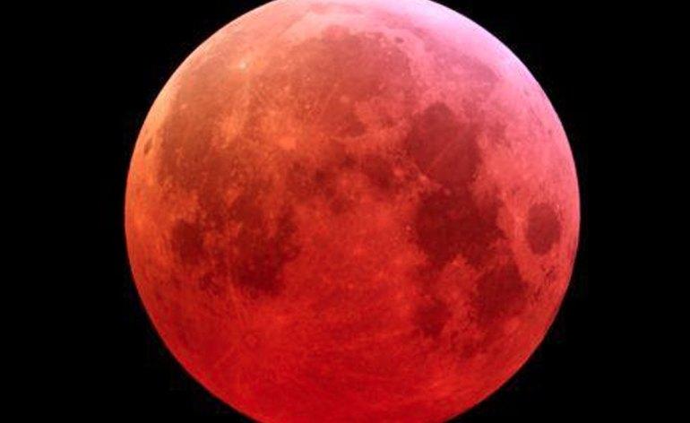 Occhi puntati al cielo nella notte del 23 giugno in occasione della luna piena. Il nostro satellite raggiungerà infatti il perigeo, cioè il punto della sua orbita intorno alla Terra, nel quale si trova più vicina al nostro pianeta. La maggiore vicinanza ci permetterà di ammirarla con una dimensione maggiore e con un colore tendente al rosa. Normalmente la distanza media che separa la Terra dalla Luna è di circa 382.900 chilometri, ma in alcune occasioni si trova più vicina, ed il 23 giugno la distanza sarà di 356.991 chilometri. Il dato non è però il record assoluto, dato che nel mese di marzo del 2011 toccò la distanza di 356.577 chilometri.