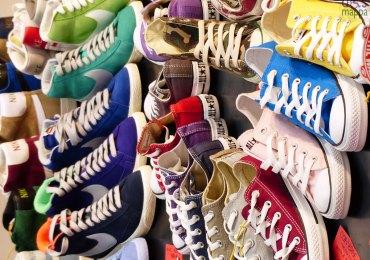 Comodissimo per chi gira in carrozzina il negozio di calzature Il Laccio, a livello del marciapiede, nessuna barriera all'interno, e la maggior parte delle scarpe posizionate in basso. Vasto assortimento di scarpe sportive e sneakers.