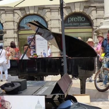 Il pianista di strada Paolo Zanarella si esibisce in Piazza Erbe a Verona