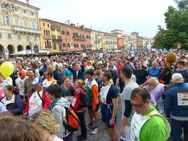 la folla dei marciatori in piazza bra alla partenza della straverona 2013