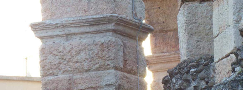 Foto del centro storico di Verona deserto all'alba d'estate