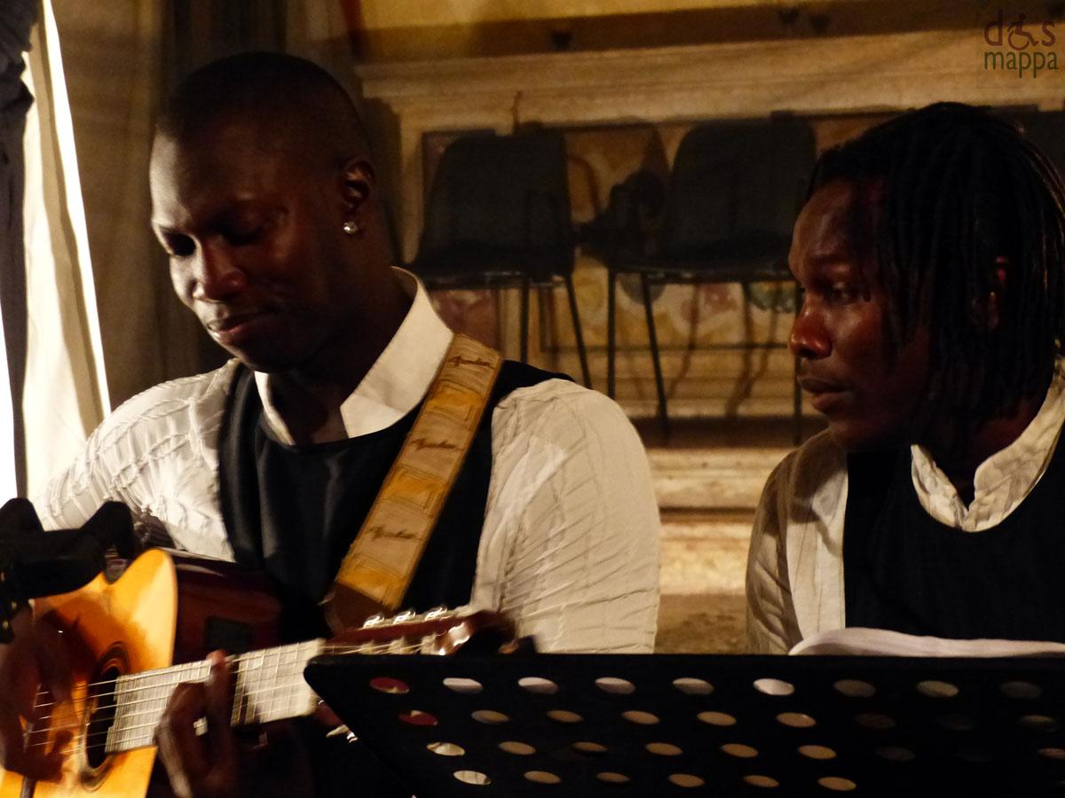 """Black è il colore della cortina eretta dall'insensibilità del mondo degli adulti verso gli adolescenti, in questo caso Giulietta. Black è la cecità del mondo dei genitori verso gli accadimenti che coinvolgono la figlia. Black è il sentimento negato, nascosto, scomparso, annichilito. Ma Black è anche la musica delle radici, quella africana, che racconta di relazioni, sentimenti, emozioni. La musica come elemento principe di trasferimento emotivo. La musica come unico strumento di vita. E allora BLACK JULIET racconta due mondi che non riescono ad incontrarsi. Adulti come automi, fantasmi, esseri di un mondo parallelo incapace di entrare davvero in contatto con la vita, con la vitalità di una giovane che affronta per la prima volta il grande sentimento dell'amore. E che non trova ascolto, sostegno, complicità se non nella musica semplice, diretta, vera, che arriva dalle radici dell'uomo, da quel mondo, l'Africa, in cui il BLACK è il colore della pelle, assorbimento di tutti i colori del mondo. Papà Capuleti, Monna Capuleti e Balia sono il mondo che non ascolta Giulietta, che fa degli eventi un uso personale, che anzichè essere proteso verso il bene della figlia è proteso verso il bene, presunto, di sè. I Musicisti invece sono semplicemente la verità, qui e ora dei sentimenti eterni, immutabili, 450 anni fa o adesso. Ma nonostante questo il destino è segnato: nessuno è salvo ... """"ALL ARE PUNISHED"""" - Romeo & Juliet, Prince, ACT V. PERSONAGGI ED INTERPRETI GIULIETTA - Rachele Pesce PAPA' CAPULETI - Andreapietro Anselmi MONNA CAPULETI - Sara Callisto BALIA - Solimano Pontarollo MUSICHE SCRITTE E CANTATE DA: Carlos Sidonio Gomes Delgado Accompagnato alla chitarra da: Correia Jamil"""