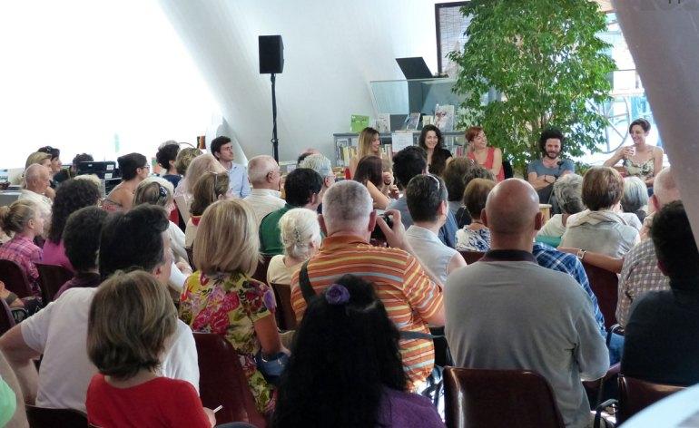"""Venerdì 12 luglio il secondo incontro con gli artisti del Festival Shakespeariano dell'Estate Teatrale Veronese. Alle 17.45 in Biblioteca Civica Francesca Inaudi, Daniele Liotti e tutta la compagnia di Molto rumore per nulla incontrano il pubblico. Venerdì 12 luglio (alle 17.45) nella sala Nervi della Biblioteca Civica (via Cappello, 43) è previsto il secondo appuntamento, a ingresso libero, del ciclo """"fuoriTeatro dentro la Biblioteca - incontrando gli artisti"""", organizzata dall'associazione FuoriTeatro in collaborazione con l'Estate Teatrale e la Biblioteca Civica. Francesca Inaudi, Daniele Liotti e l'intero cast della commedia Molto rumore per nulla – in scena al Teatro Romano nell'ambito del Festival Shakespeariano – spiegheranno al pubblico i dettagli e i retroscena dello spettacolo, ambientato in un campo nomadi alle porte di Messina dove prendono vita le vicende amorose di Beatrice e Benedetto e di Claudio ed Ero. L'incontro, condotto dalla giornalista Silvia Bernardi, sarà anche l'occasione per scoprire non solo curiosità del mondo teatrale ma anche di quello televisivo. Sia Francesca Inaudi che Daniele Liotti, infatti, hanno lavorato spesso in tivù. Si ricorderà l'attrice senese nel ruolo dell'ispettore Irene Valli nella fiction Distretto di polizia 6,7,8 e ancora in quello di Maya, stravagante giornalista in Tutti pazzi per amore 1, 2, 3. Nello stesso serial recitava pure Brenno Placido che, in Molto rumore per nulla, ha la parte di Claudio. Delle numerose prove televisive di Liotti, sono da ricordare la fiction Il capo dei capi e Il generale dei briganti."""