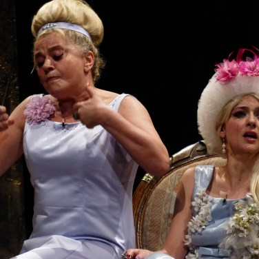 """VERONA - Sarà la Popular Shakespeare Kompany a inaugurare, mercoledì 3 luglio alle 21.15 (repliche sino al 6 luglio) al Teatro Romano, il 65° Festival Shakespeariano dell'Estate Teatrale con un dramma che il Bardo scrisse attorno al 1596: Il mercante di Venezia, che viene rappresentato al Teatro Romano per la nona volta. A interpretare il protagonista, l'usuraio Shylock, personaggio ambiguo e complesso, è Silvio Orlando, affiancato da quel gruppo di giovani attori che il pubblico veronese ha già apprezzato lo scorso anno, sempre al Teatro Romano, in un altro spettacolo shakespeariano, La tempesta che ne ha segnato la nascita ufficiale. Come nel 2012, anche per quest'allestimento il regista è Valerio Binasco, artefice e fondatore della Popular Shakespeare Kompany che, fedele alla sua """"filosofia"""", intende proporre un classico rivisitato con spirito innovativo. In questi giorni la PSK sta ultimando le prove al Teatro Romano in vista della prima nazionale di mercoledì. Il mercante di Venezia, modellato in parte sull' Ebreo di Malta di Christopher Marlowe (1564-1593 e quindi coevo di Shakespeare), mescola intrecci e avventure che ruotano attorno al mercante del titolo che non è l'ebreo Shylock bensì Antonio, figura di rilievo e insieme motore della vicenda che si svolge nel XVI secolo. Proprio dal suo desiderio di aiutare economicamente l'amico Bassanio impegnato a conquistare la giovane e ricca Porzia vincendo la concorrenza di altri danarosi candidati, andrà incontro alla rovina. Per ottenere tremila ducati in prestito, infatti, Antonio si rivolge a Skylock che si dichiara disponibile ad aiutarlo ponendo però delle condizioni durissime in caso di mancata restituzione del denaro: se non salderà il suo debito entro tre mesi, Antonio dovrà dare a Shylock una libbra della sua carne, presa vicino al cuore. È evidente che, in un simile contesto, la figura dell'usuraio è avvolta in una luce sinistra, tutta meschinità, cattiveria e senso di rivalsa. Eppure Shakespeare finisce """
